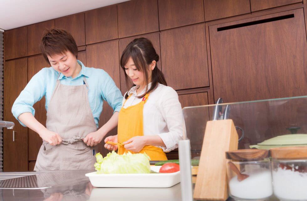 一緒に料理をはじめるカップル