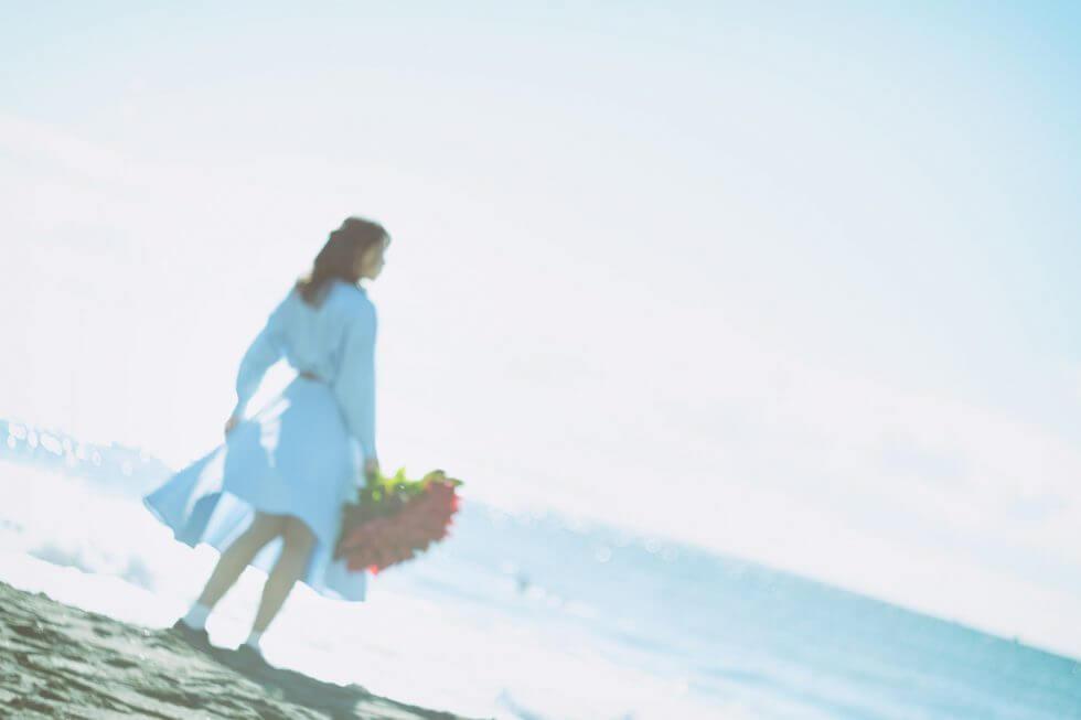 赤い花束を持った女性
