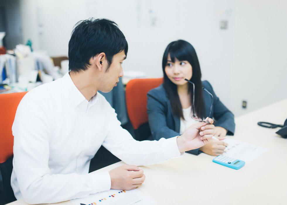会議をする男性社員と女性社員