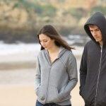 倦怠期のカップル、海辺にて