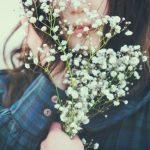 哀愁漂うかすみ草を持った女の子