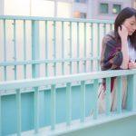 歩道橋から見下ろす女性