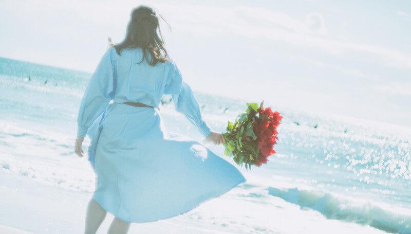 花束を持った女性2