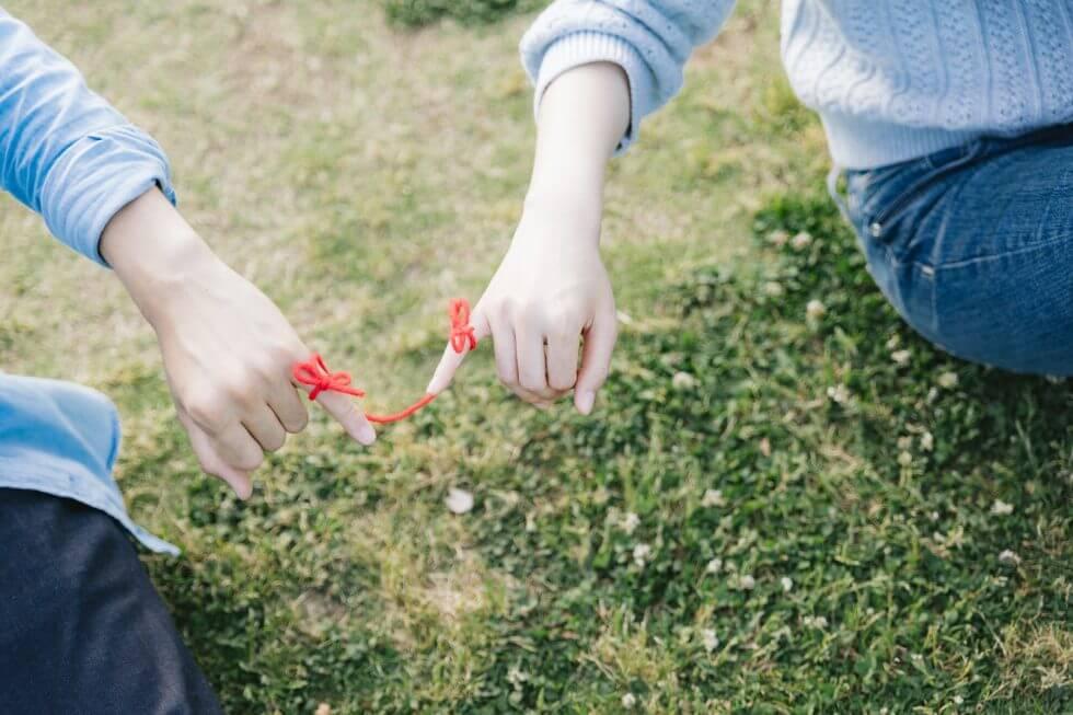 二人の小指に結ばれた赤い糸