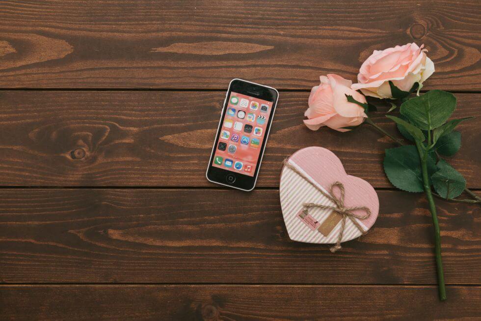 スマートフォンと花束とハート型の小箱