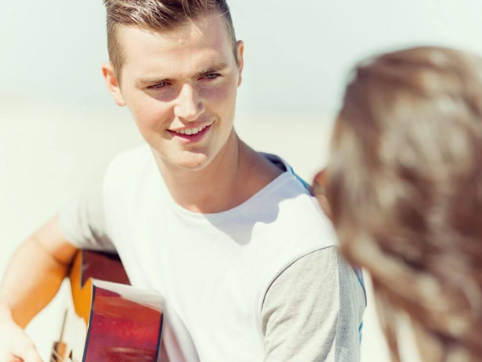 ギターを弾く彼