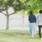 公園で手を繋いで歩くカップル