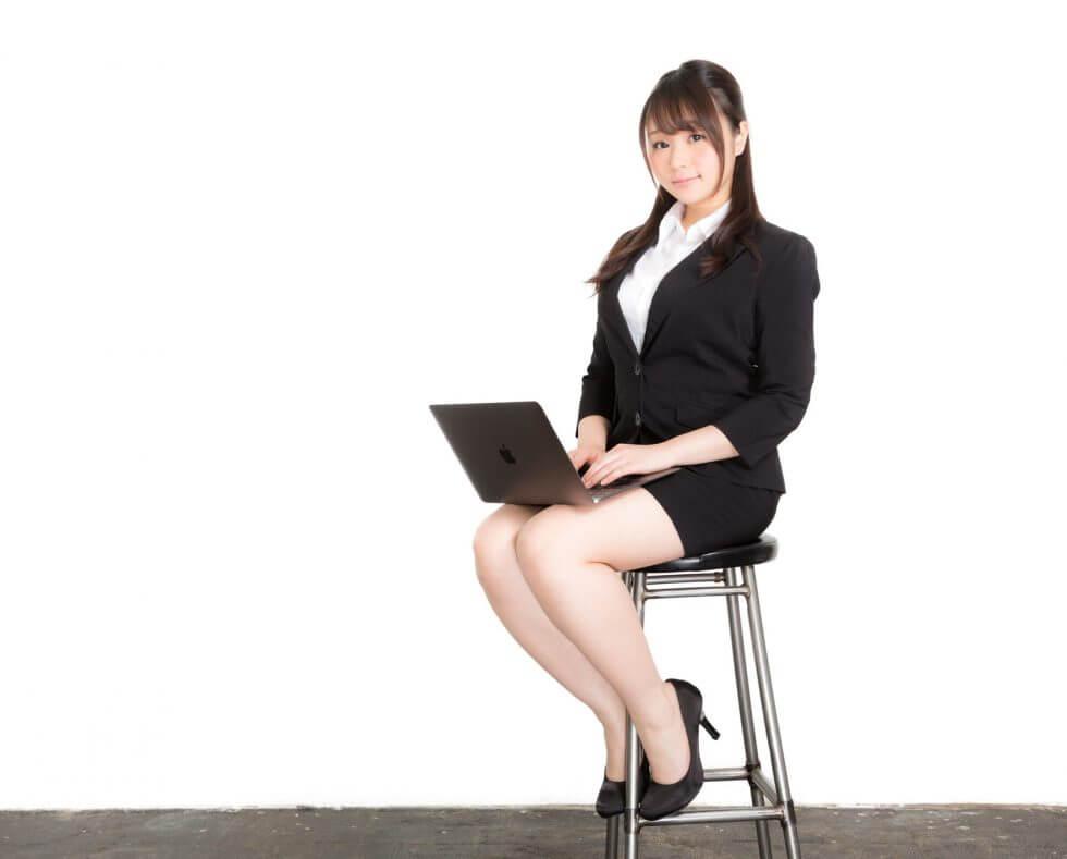 椅子に座っている女性の画像