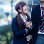 雨の日に相合傘で男子高校生と歩いている女子高生