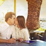 テーブルでキスをしている2人の画像