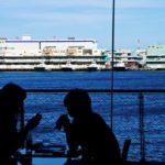 港で食事をしているカップル
