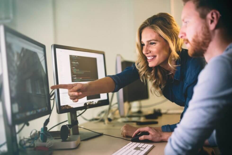 ペアプログラミングで仕事をしている男性と女性