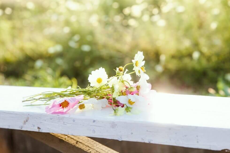 手すりに置かれた花束
